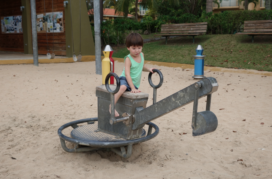 Nearby, there was a dream park with excavators, planes, sand, swings, and a water park. We went every single day.