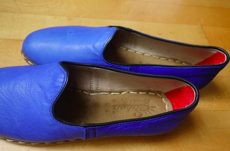 Red inner heel > Red sole